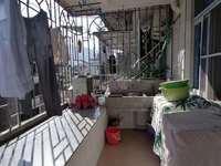 金凤小区,倒二层中装,划片附小三中,120平,2.5房,售价52万